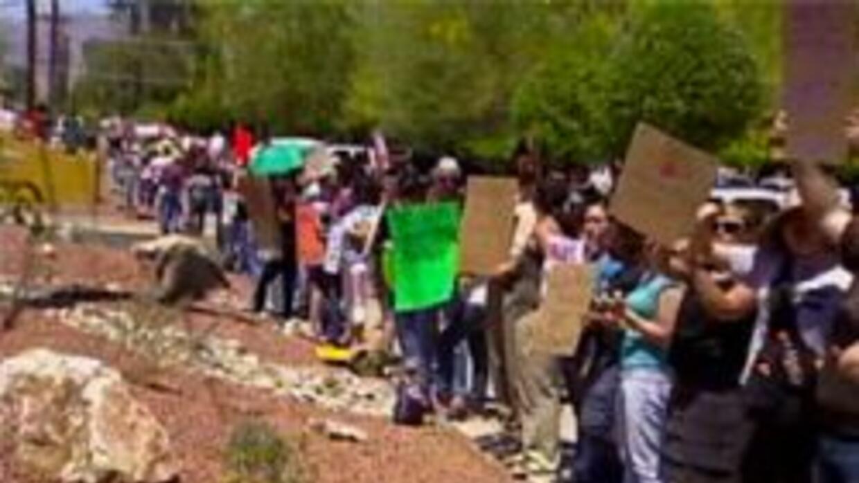 Grupo de protestantes en Tucson
