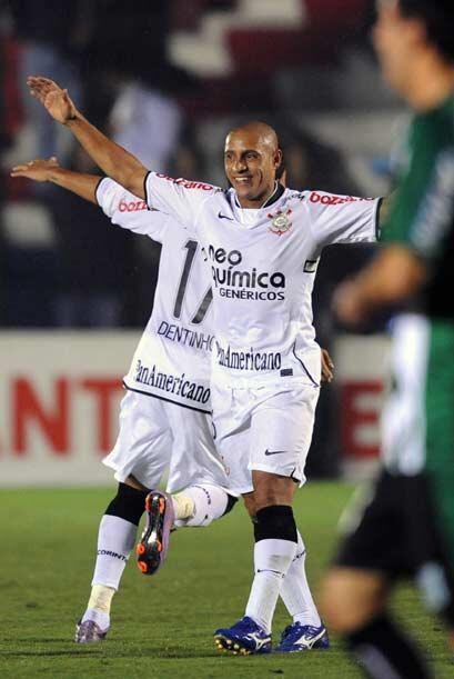 El veterano Roberto Carlos festejó el pase de su equipo a octavos...