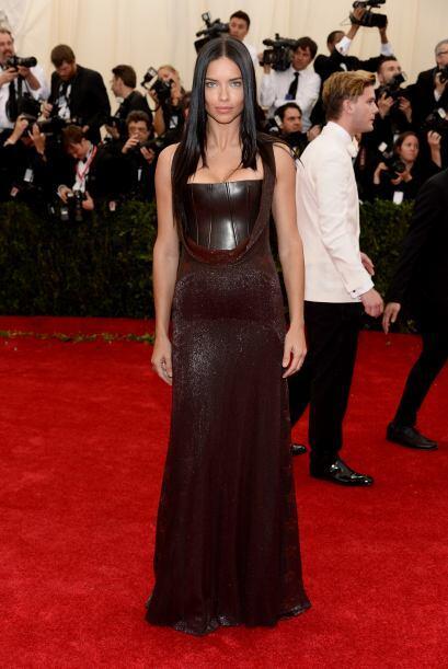 Con ese cuerpazo, Adriana Lima luce maravillosamente cualquier cosa que...