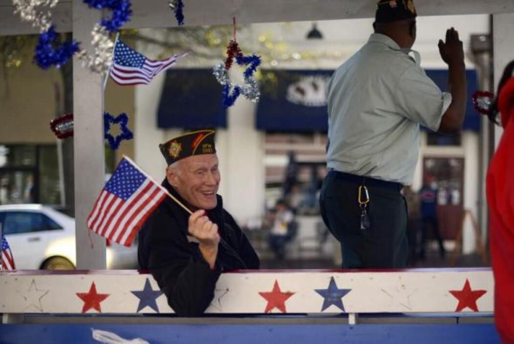 Un veterano de guerra participa en el desfile celebrado en el Día de los...