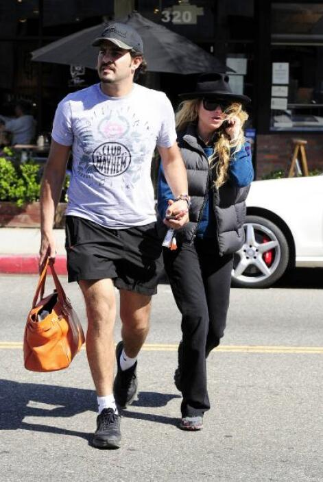 El cantante carga con el bolso de Paulina, mientras ella ni le presta at...