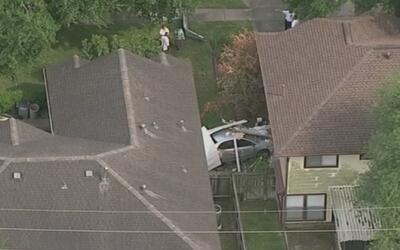 Conductor estrelló camioneta robada contra una casa provocando daños cua...