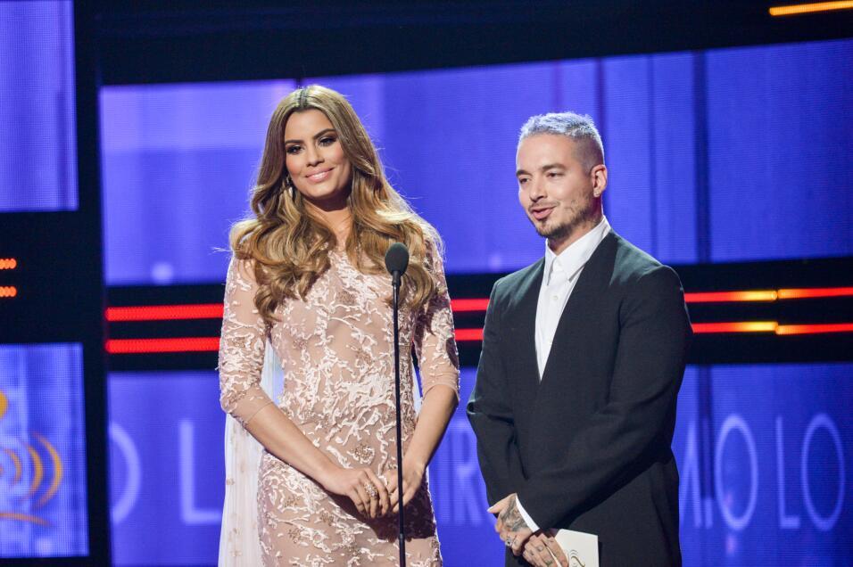 J Balvin y Ariadna Gutiérrez bromeron mucho al presentar el Premio en l...