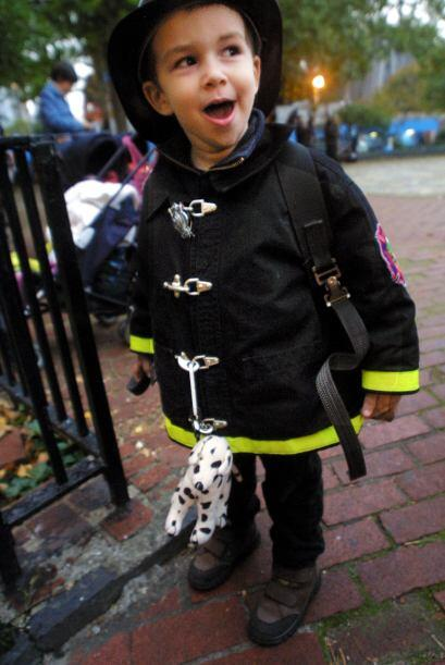 Tu hijo puede ser un bomberito en este Halloween. Este disfraz lo encuen...