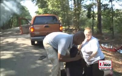 Camarógrafo rescata a mujer embarazada de carro en llamas