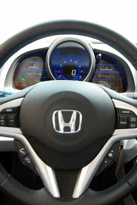 El volante presenta los controles de audio y control crucero montados al...