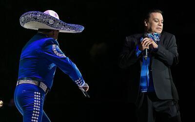 Juan Gabriel durante su último concierto en Los Ángeles, C...