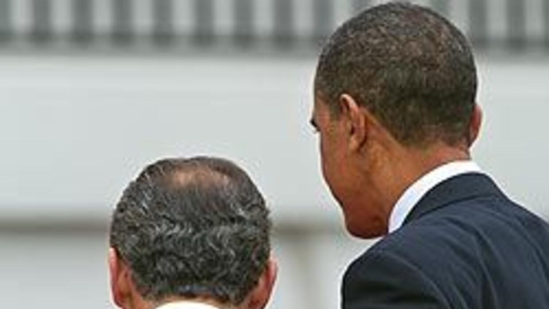 El presidente de Estados Unidos, Barack Obama, abraza al presidente de M...