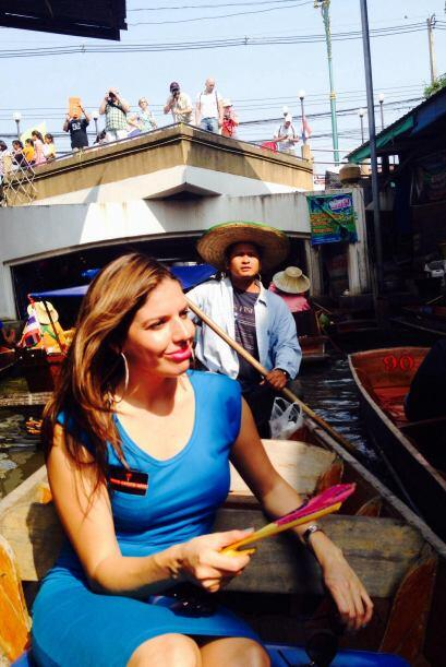 Sobre un pequeño bote, la anfitriona matutina recorrió varias tiendas; e...