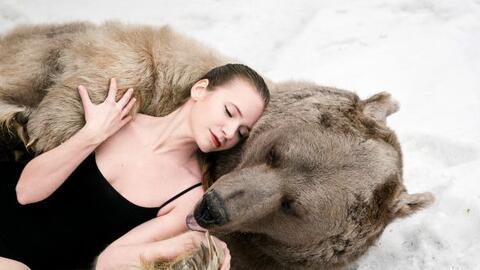 Dos modelos  abrazan, besan y se acurrucan con uno oso de 650 kg.