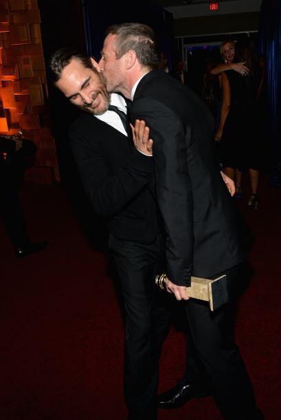 El director Spike Jonze le da un besito a Joaquin Phoenix. Mira aqu&iacu...