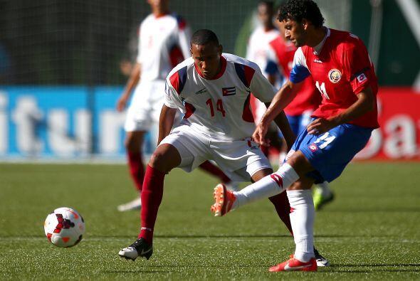 Con la pierna izquierda y afuera del área, Barrantes abrió el marcador,...