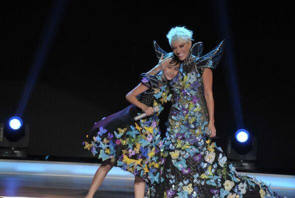 "Con extravagantes vestidos, Bridget y Yuri interpretaron ""La Maldita Pri..."