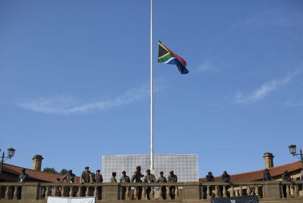 La bandera nacional de Sudáfrica permanece a media asta afuera del Unio...