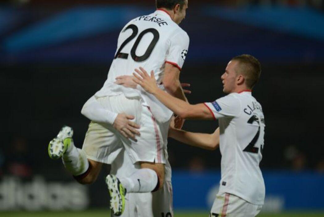 El holandés hizo una definición de crack, una vez más a pase de Rooney,...