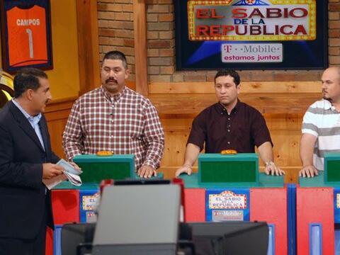 Los tres finalistas del Sabio estaban atentos en el Bar de la Rep&uacute...