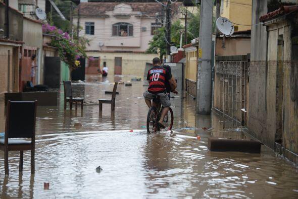Pasado el mediodía la lluvia dio una tregua a las autoridades, pero la i...