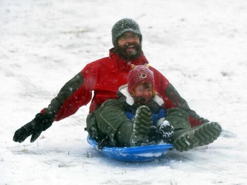 Mientras unos sufren los estragos de la tormenta invernal, otros aprovec...