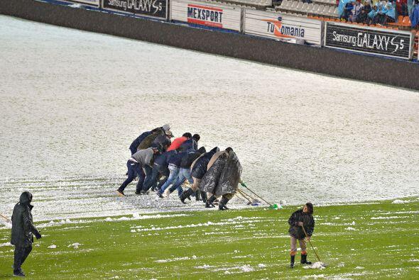 La cancha del Estadio Hidalgo se llenó de granizo previo al Pachuca vs,...