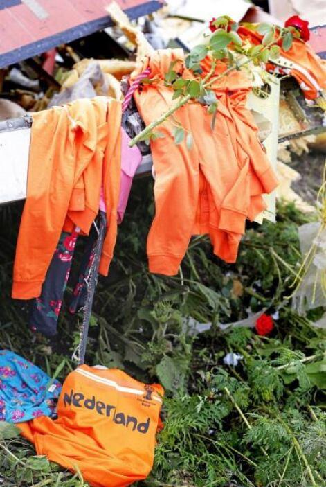 Algunas prendas que cuelgan de los restos del avión lucen como nuevas.