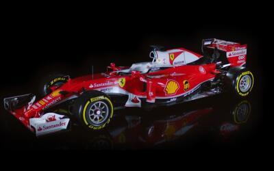 La histórica Scudería Ferrari se encuentra a las espaldas...
