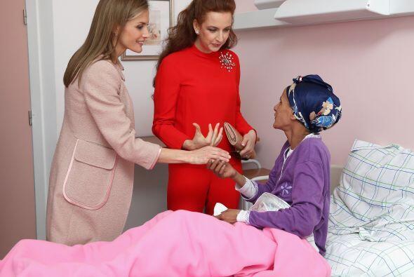 Durante su visita charlaron con las pacientes.