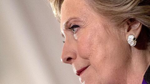 La excandidata presidencial demócrata Hillary Clinton al reconocer en pú...
