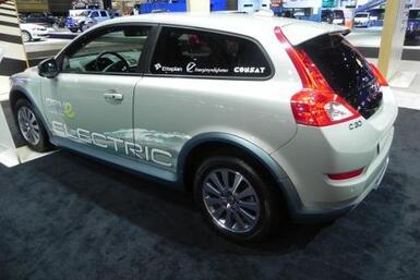 Volvo presentó el C30 con su tecnología de motor eléctrico recargable.