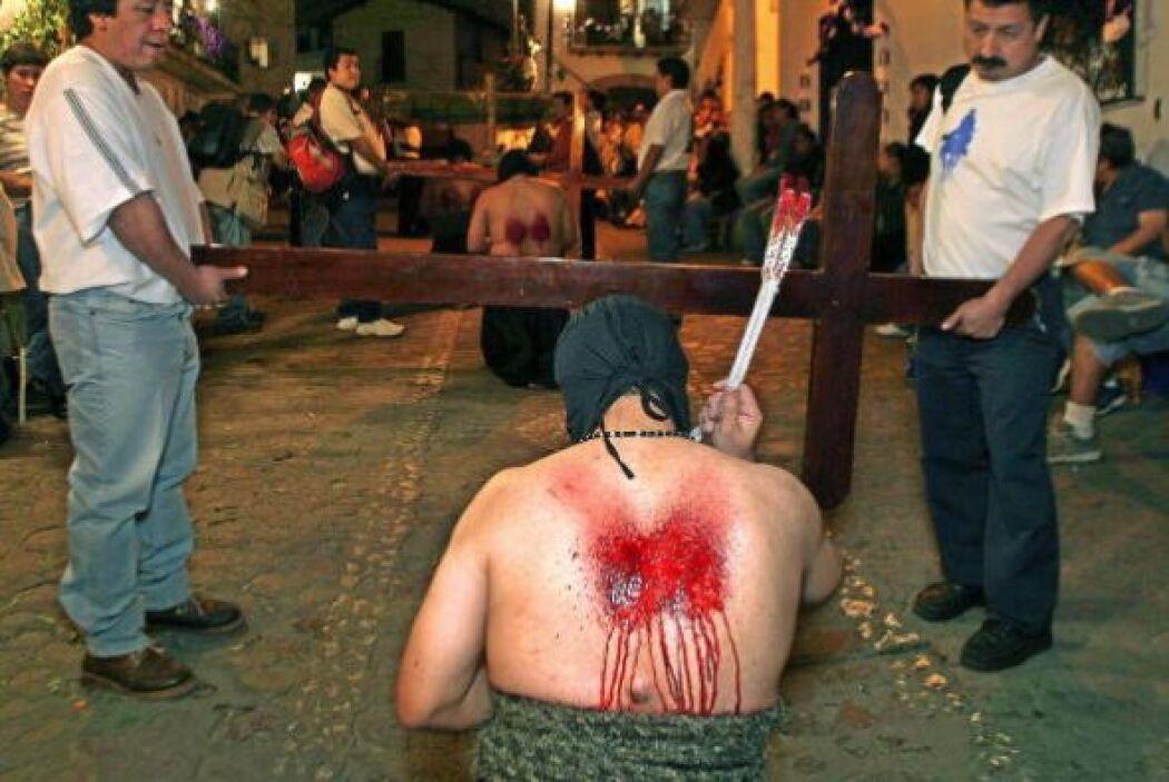 Con el torso desnudo, se autoflagelan durante la procesión por las calle...