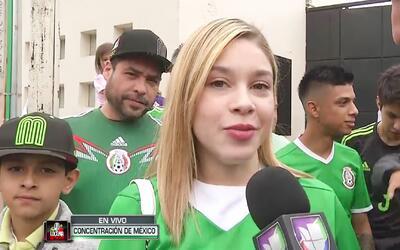 La esposa de Carlos Salcedo, una fanática más en la puerta de la concent...