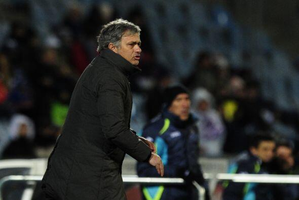 Mourinho salió muy abrigado debido a las bajas temperaturas.