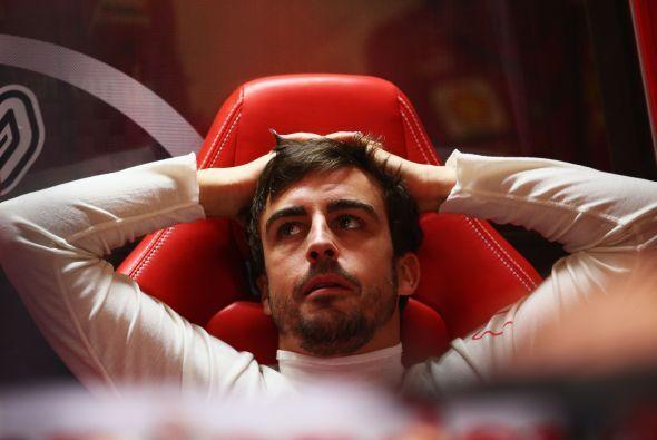Fernando Alonso, el hombre a vencer según Lewis Hamilton, relajándose an...