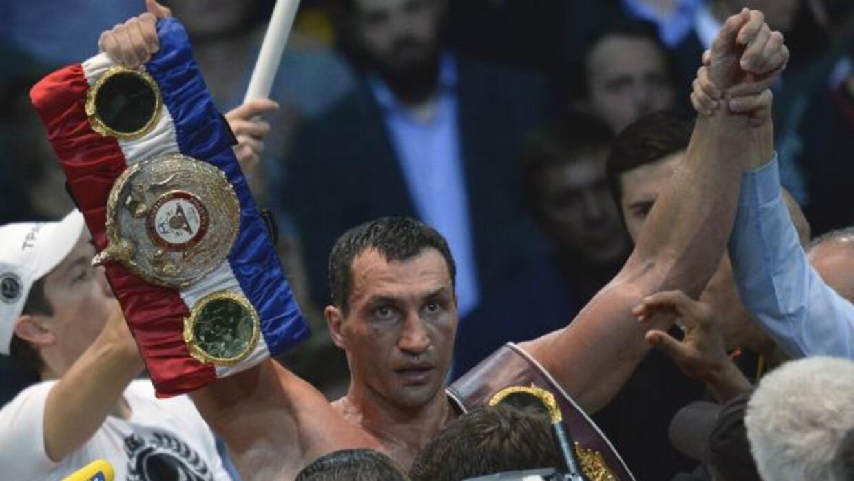 Wladimir Klitschko celebra con sus cinturones luego de vencer a Alexande...
