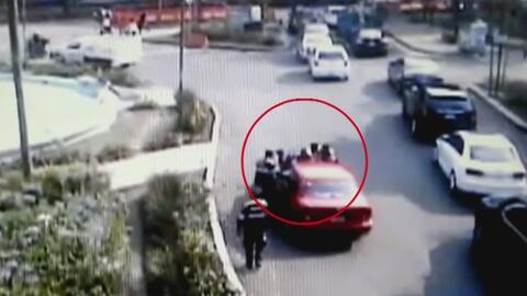 Por evitar una multa de tráfico, una conductora pisó el acelerador y atr...