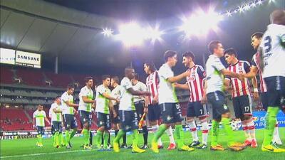 Chivas recibe a Santos en una batalla donde ambos necesitan la victoria