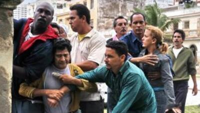 Disidentes cubanos son empujados y atacados por seguidores de Fidel Cast...
