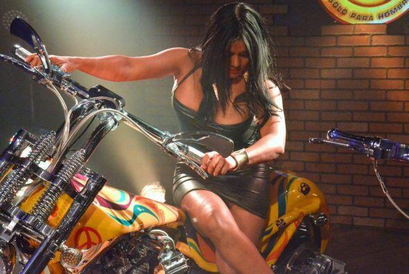 Más de un galán moriría por llevarla en su moto a pasear.