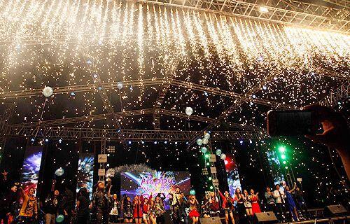 Fiesta, música, baile y fuegos artificiales en Myanmar.