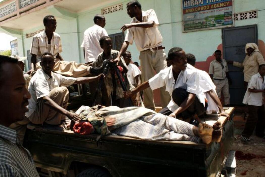 24 de agosto - 33 muertos, entre ellos 6 parlamentarios somalíes y 5 ofi...