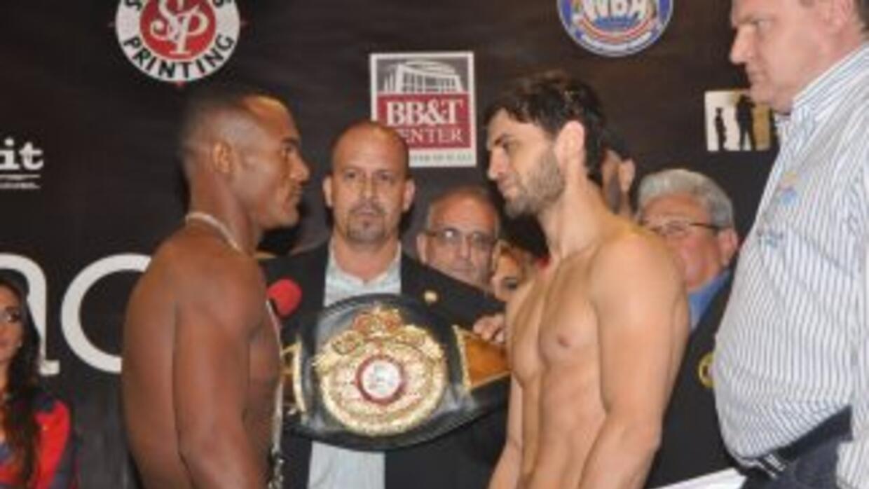 Joan Guzmán y Khabib Allakhverdiev en su cara a cara luego del pesaje. (...