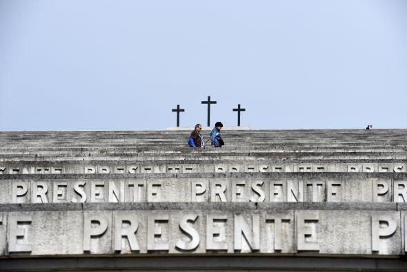 El pontífice accedió por su puerta principal, coronada por un letrero en...