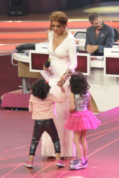 Gali nunca deja de hacerle caso a los pequeños. Nazli y Saraí platicaban...