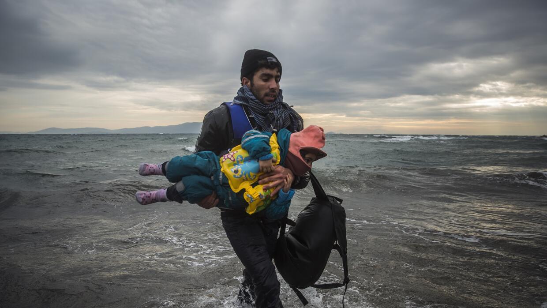 Un voluntario rescata un niño frente a la costa griega el 3 de enero  2016