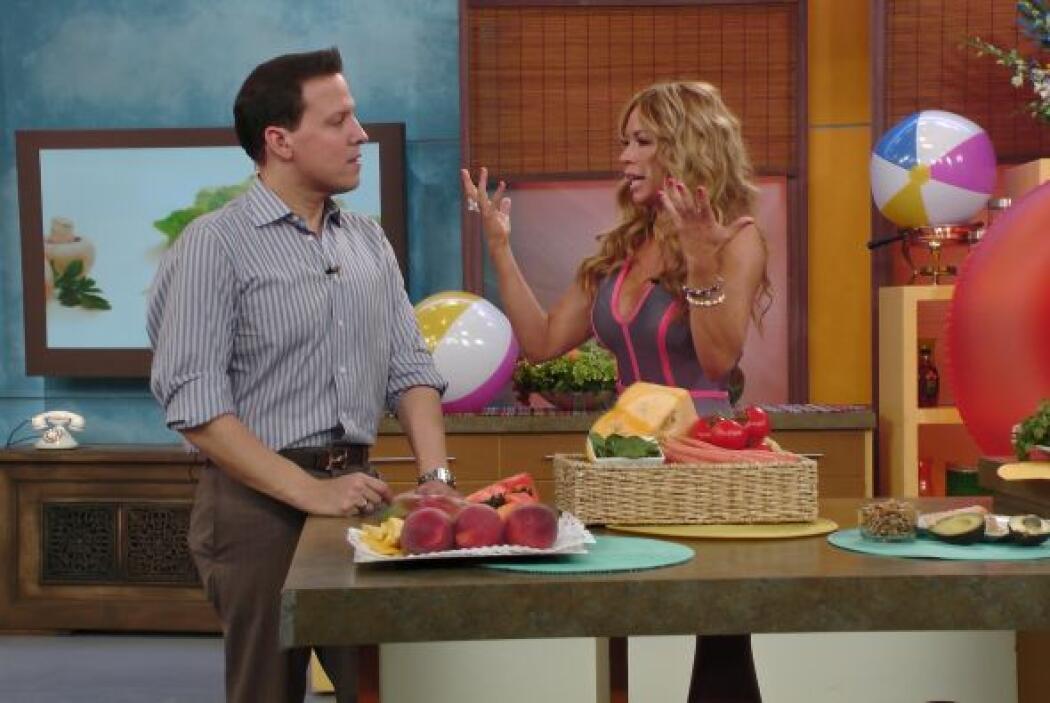 La nutrióloga Claudia Molina también llegó a platicar con Raúl. ¡Guapísi...