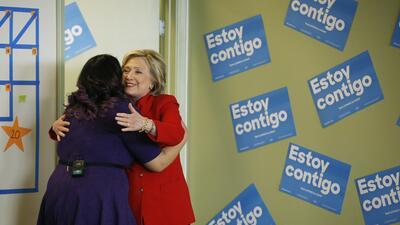 Hillary Clinton se abraza a Astrid Silva, líder 'Dreamer' de Nevada