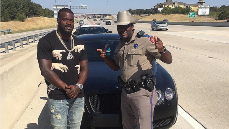Policía estatal aprovechó que paró al jugador y se tomó foto del recuerdo