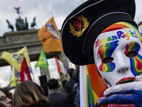 Una multitud participa en una protesta por la persecución de homo...