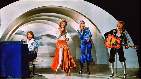 ABBA interpretan 'Waterloo' durante el Festival de Eurovisión en...