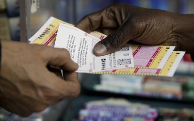 Una persona compra boletos de Powerball