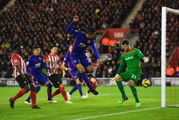 Wayne Rooney metió la pelota dentro del área, donde Van Persie remató pa...